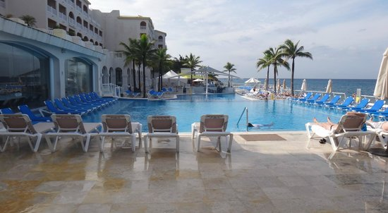 Cozumel Palace: Plastic sun beds packed in