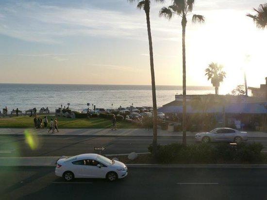BEST WESTERN PLUS Beach View Lodge: Beach across the road from hotel seen from breakfast deck