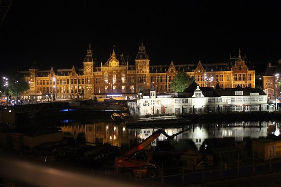 Hotel Prins Hendrik: Centraal station and canal in the night