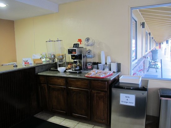 Klamath Motor Lodge: the breakfast counter