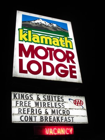 Klamath Motor Lodge: the motel sign