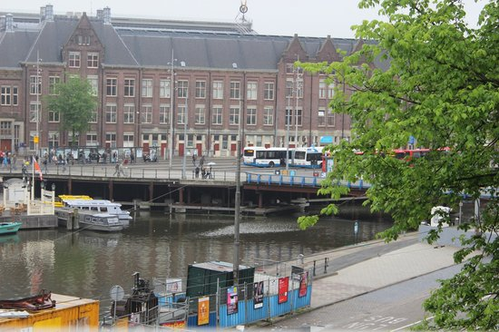 Hotel Prins Hendrik: View of canal and boats just outside our hotel