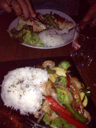 Le Surfing: Gambas thai y burrito de pollo... Fusión