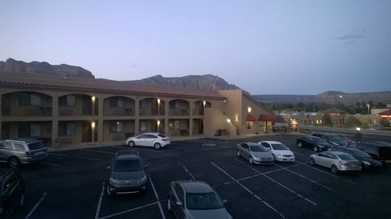 Desert Quail Inn: Parking lot