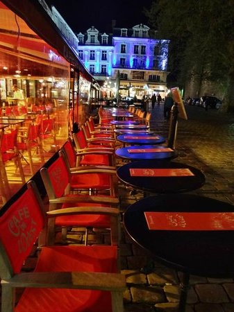 Hotel l'Univers : Кафе у отеля