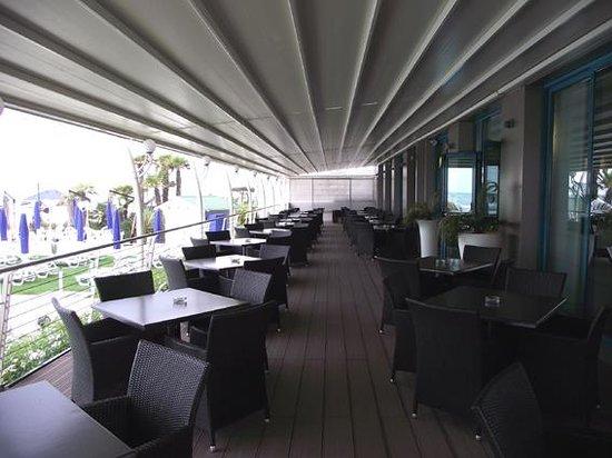 Hotel Le Soleil: Terrasse avec vue sur la piscine