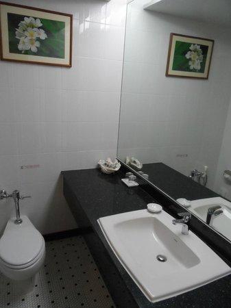 The Royal Paradise Hotel & Spa: the bathroom