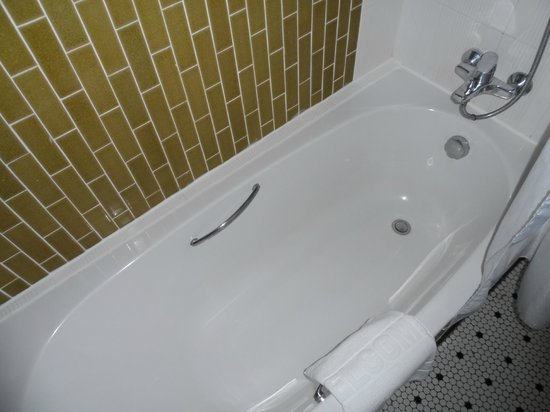 The Royal Paradise Hotel & Spa: The bathtub