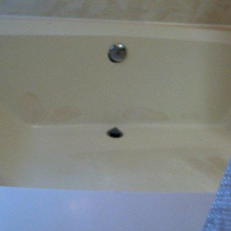 Shem Creek Inn: exposed hole on side of tub