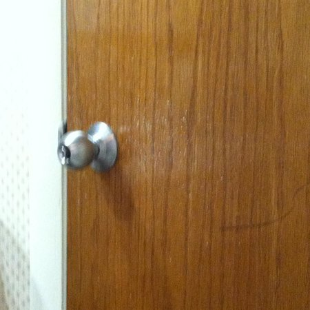 Shem Creek Inn: spray of paint on door