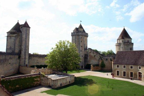 Château de Blandy-les-Tours : cour interieure