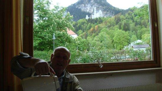 Hotel Garni Schlossblick: Вид на замок Нойшванштейн из зоны  завтрака