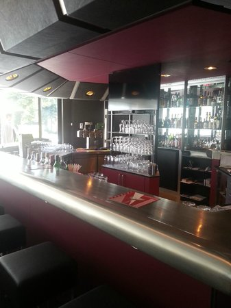 Ramada Nuernberg Parkhotel: бар в отеле