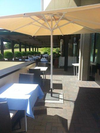 Ramada Nuernberg Parkhotel: кафе на улице