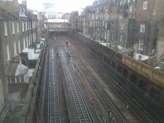 Premier Inn London Kensington (Earl's Court) Hotel : View out the window - RAILS!