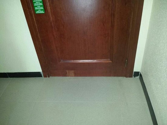 Estival Park Salou: La puerta pelada habitacion2237