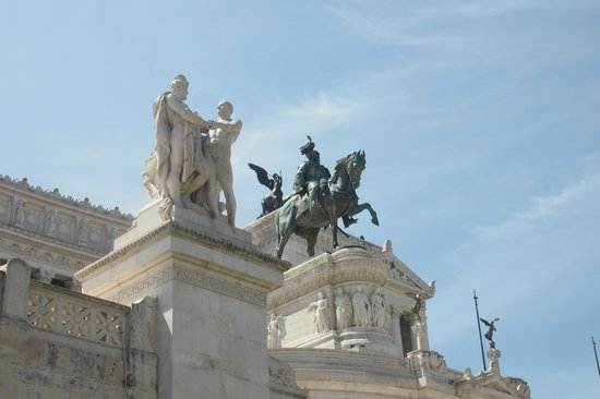 Oly Hotel: monument Victor Emmanuel II