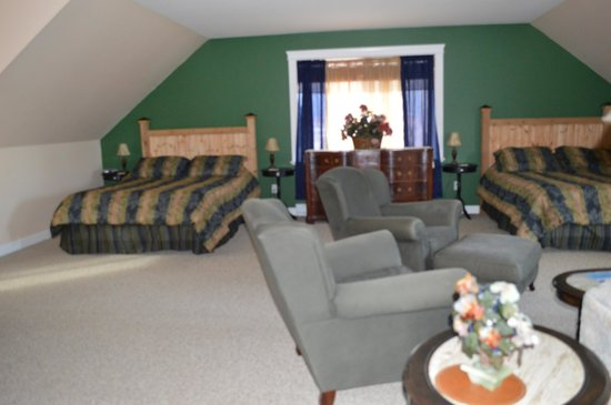 Two Eagles Lodge: The family suite--two queen beds