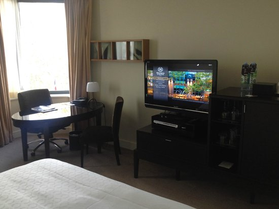Sheraton on the Park, Sydney: Corner Room - Desk/TV