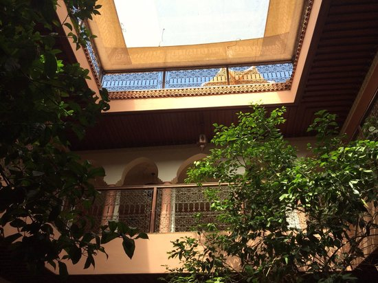 Riad Lakhdar: The courtyard looking up to the roof.