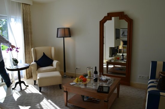 Vila Vita Parc Resort & Spa: Notice the fruit basket and bottle of wine waiting for us when we arrived!!