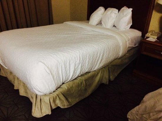 Embassy Suites by Hilton Columbia - Greystone: Wonky Bed Linens