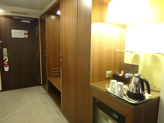 Crowne Plaza Montpellier Corum : Bedroom with supply of coffee and tea