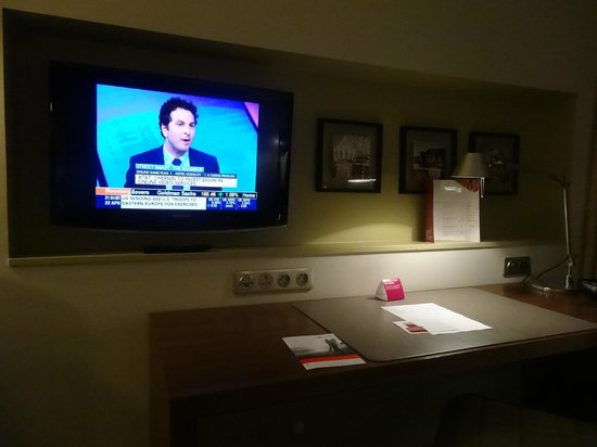 Crowne Plaza Montpellier Corum : TV and desk with several outlets for gadgets