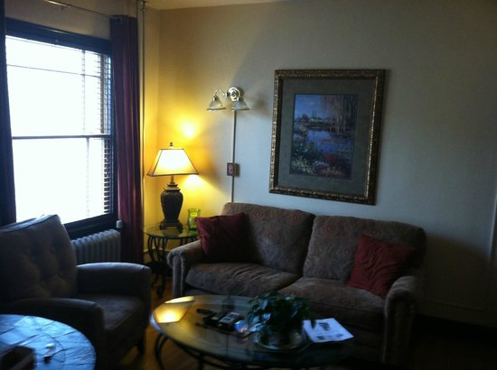 Murray Hotel : living room area of suite