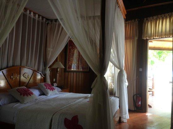 Gangga Island Resort & Spa : fantastic bed with airco, fan, mini bar, coffee and the, wifi