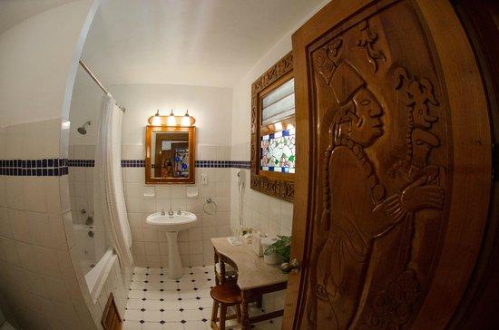 The Lodge at Chichen Itza: Lodge at Chichenitza - our bathroom