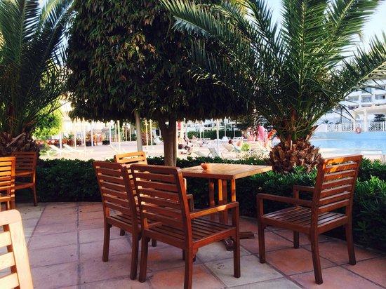 El Mouradi Hammamet : Poolside dining