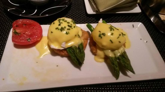 Society Cafe : Crab Cake Oscar Benedicts