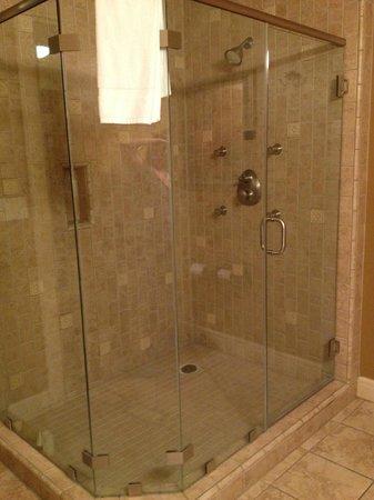 Vino Bello Resort: Shower in the King bedroom