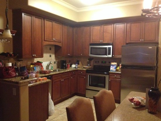 Vino Bello Resort: Kitchen in king unit