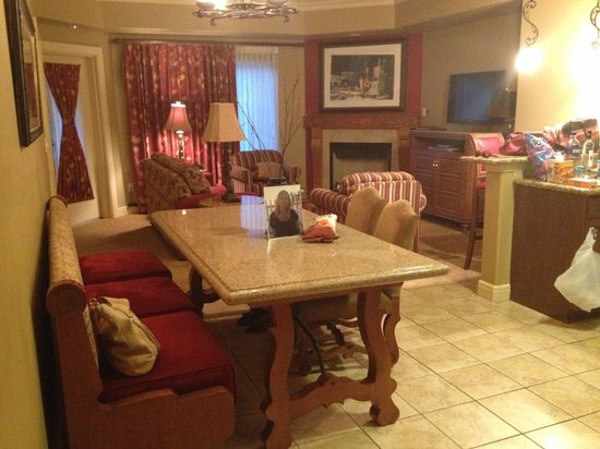 Vino Bello Resort: Living area in king unit