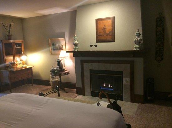 Applewood Inn: Chianti Suite Fireplace
