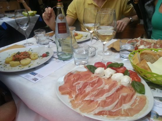 Trattoria Bella Venezia: Buffalo mozzarella with prosciutto, salad with fish