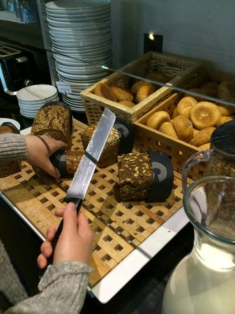 Schiller 5 Hotel: Nice selection of fresh bread and pretzels