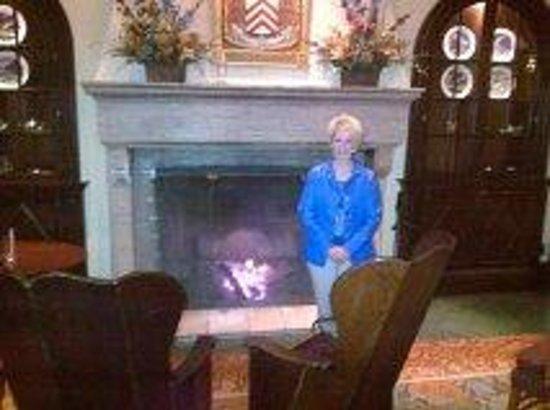 Fairmont Le Manoir Richelieu : Devant le foyer dans le hall de l'hôtel