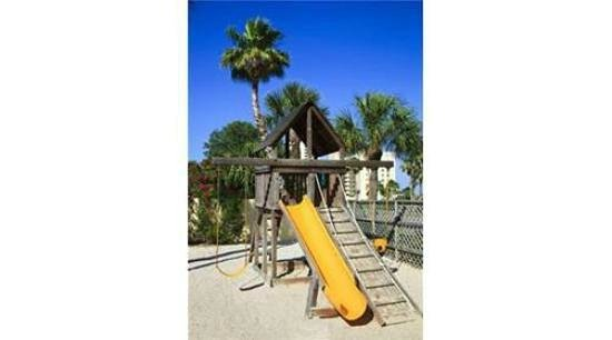 Clearwater Beach Marriott Suites on Sand Key : kids area has swings, slide and fort