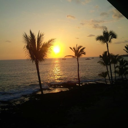 Napili Surf Beach Resort : sunset in front of hotel