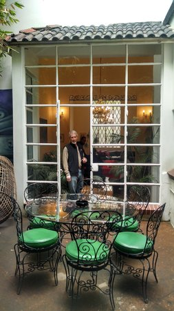 Casa Comtesse: beautiful window from patio to dinning table and leaving room.