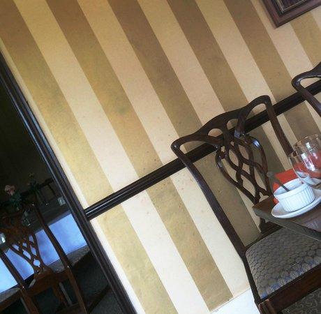 Stratton House Hotel: splattered walls -