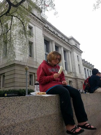 Museo Nacional Smithsonian de Historia Natural: Lunch outside on steps. So many vendor choices for lunch!