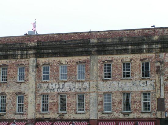 Savannah Historic District : Warehouses along the waterfront