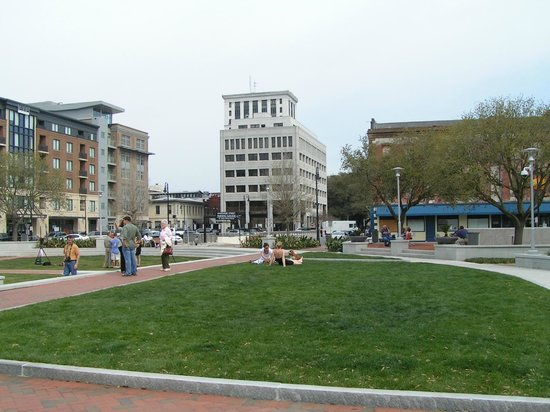 Savannah Historic District : newly refurbished Ellis Square, with underground parking
