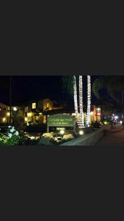 Brisas Del Mar, Inn At The Beach: Lit up at night