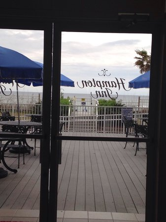 Hampton Inn Pensacola Beach: Patio overlooking the ocean
