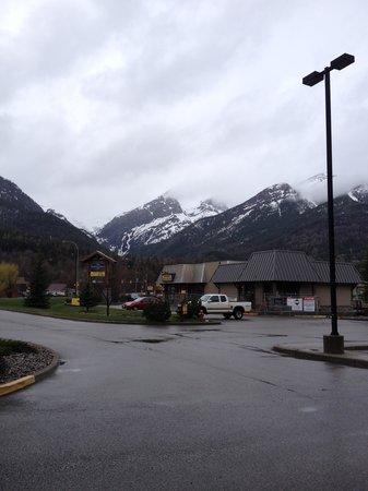 Best Western Plus Fernie Mountain Lodge: Looking West from Hotel